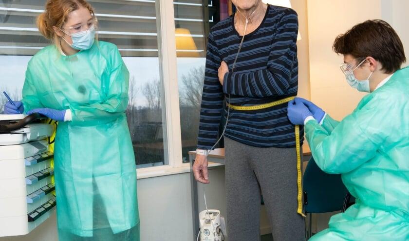 <p>Arts-onderzoeker Cathelijne van Zelst en arts in opleiding Thijs Janssen bezig met hun onderzoek. (Foto: Priv&eacute;)</p>