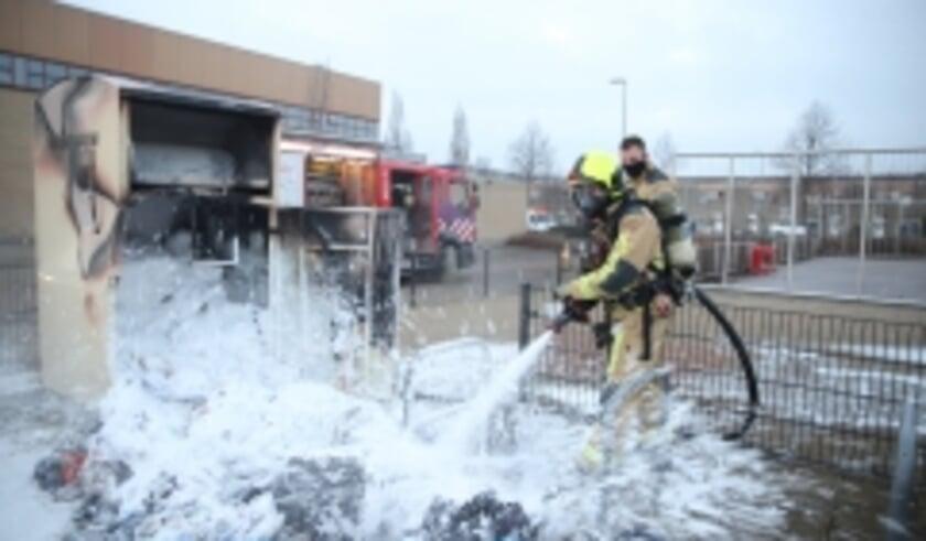 <p>Donderdagmiddag 31 december rond 16.20 uur was brand ontstaan in een kledingcontainer aan het Sullivanlijn in Zoetermeer. De brandweer wist het vuur met schuim snel te blussen. Mogelijk is vuurwerk of een ander brandend voorwerp dat ik de container is gegooid de oorzaak van de brand. Foto: AS Media</p>