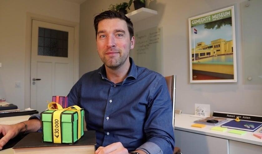 <p>Wethouder Van Asten onthult de miniatuur versie van het cadeau-kunstwerk annex brievenbus van de lokale kunstenaars Monique Pouw en Judith van der Meer dat op de Goudsbloemlaan staat.&nbsp;</p>