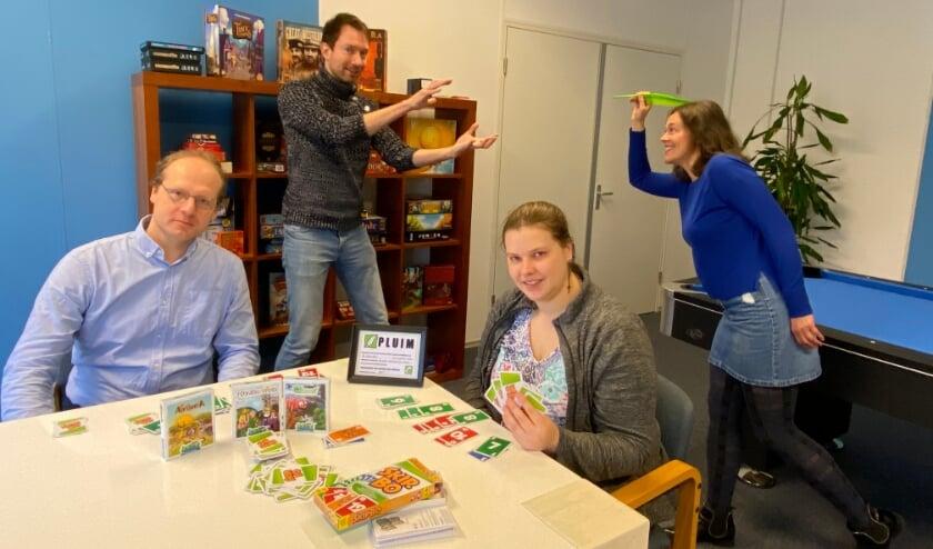 <p>Op de foto is te zien hoe Rianne Jansen, voorzitter van stichting Op Eigen Tenen de Pluim aan Matthijs Vertegaal, projectleider van de Spelmakerij, toewerpt. In verband met corona dit keer Pluim werpen in plaats van Pluim uitreiken.Op de voorgrond twee cli&euml;nten met de spellen van de spelmakerij en de welverdiende Puim in het midden tussen hen in.</p>