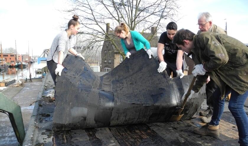 <p>Leerlingen van het Horeca & Toerisme College doen ook dit jaar mee met NLdoet. Op de foto zijn ze aan de slag bij de Museumwerf. Foto: Geoffry Sittrop</p>