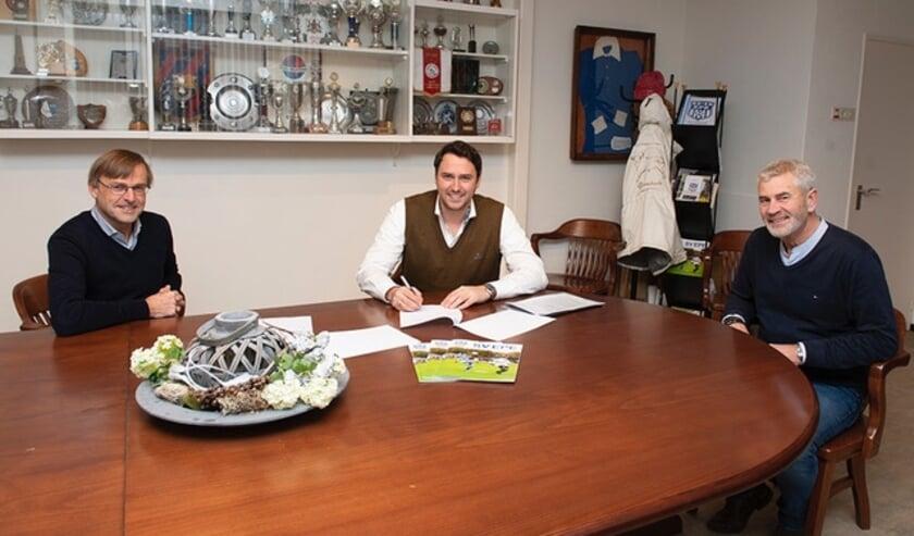 <p>Jule Gosschalk ondertekent 3-jarig sponsorcontract van Exportslachterij J. Gosschalk en Zn. B.V. Namens SV Epe kijken Tom van Geemen (links) en Jan Bosman toe. (Foto: Dennis Dekker)&nbsp;</p>