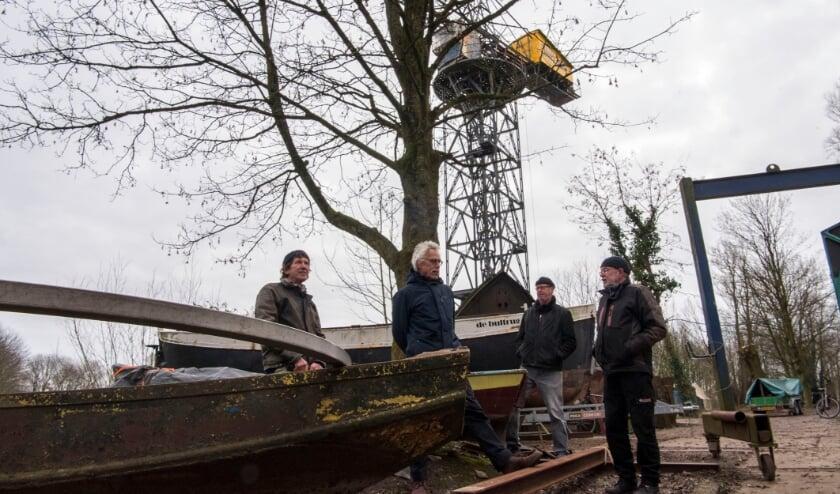 <p>Eric Smits, Leendert van Koeveringe, Michiel van der Drift en Hans van de Wetering (vlnr) bij de kraan op de Stadsblokkenwerf.&nbsp;</p>