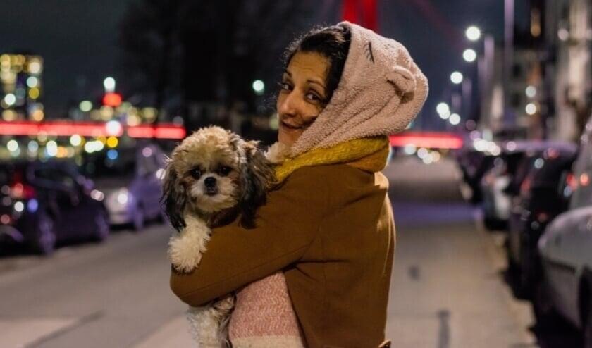 Met je hondje op straat, in je eentje, dat kan nog wel als de avondklok gaat gelden.