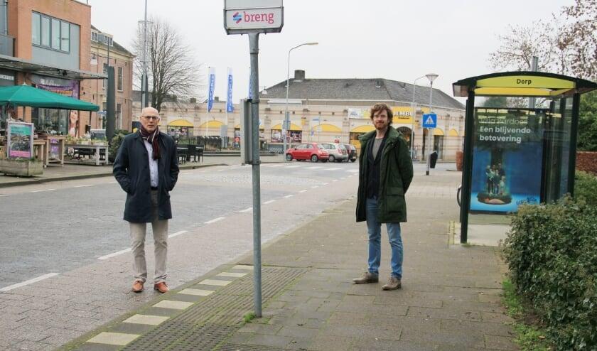 <p>Wethouder Ton Spaargaren (links) en projectleider Paul Groenen poseren op de Rijksweg, die volgend jaar een opknapbeurt ondergaat.</p>