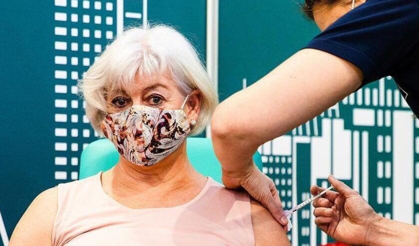 <p>Verpleeghuismedewerker Debora van Iperen was de aller eerste die bij de priklocatie in Rotterdam werd inge&euml;nt. Zij kreeg al twee keer corona, dus was blij met de vaccinatie. (Foto: Jeffrey Groeneweg)</p>