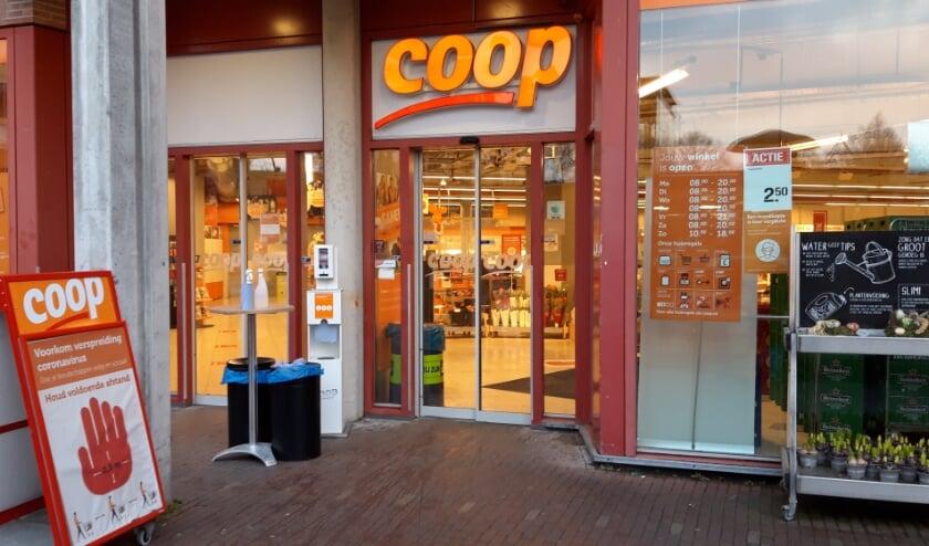<p>Bij Coop Zevenaar werd zaterdagavond door een vrouw uit Didam een brutale winkeldiefstal gepleegd. (foto: Danny van der Kracht)&nbsp;</p>