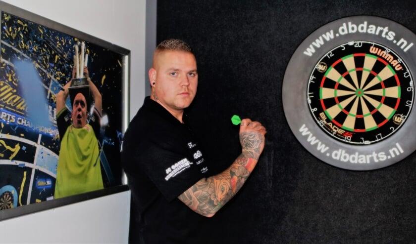 <p>Voormalig regio-spits verlegt zijn aandacht naar darts. De vele trainingen helpen hem beslist hogerop. Foto: Wout Pluijmert.</p>
