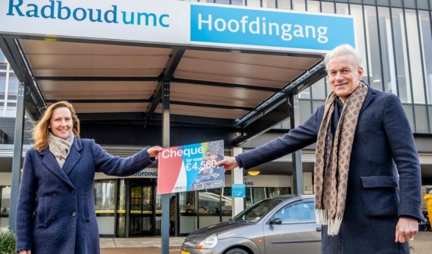 <p>Karin van den Wijngaard (fondsenwerver) en prof. dr. Paul Smits (directeur Amalia kinderziekenhuis) met de cheque van Fonds Cohesie.</p>