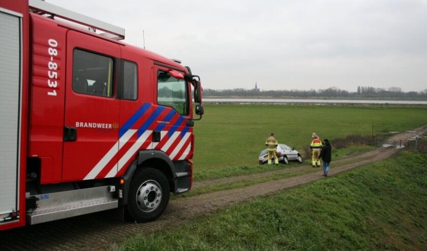 <p>Auto in de berm in Zennewijnen</p>