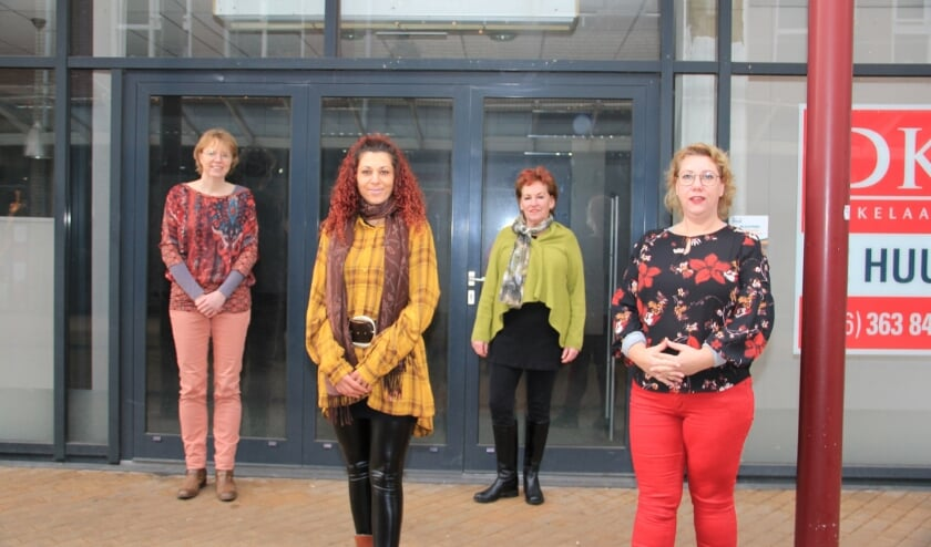 <p>Inloopkast De Cirkel-bestuursleden (vlnr) Sylvia Fousert, Almina Ati&ccedil;, Janneke Boerboom en Miranda Maassen voor de ingang van de nieuwe winkel in De Wyborgh.</p>