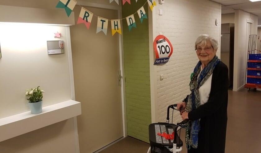 <p>Toos kijkt ook op haar 100e verjaardag nog vrolijk en blij de toekomst in. </p>