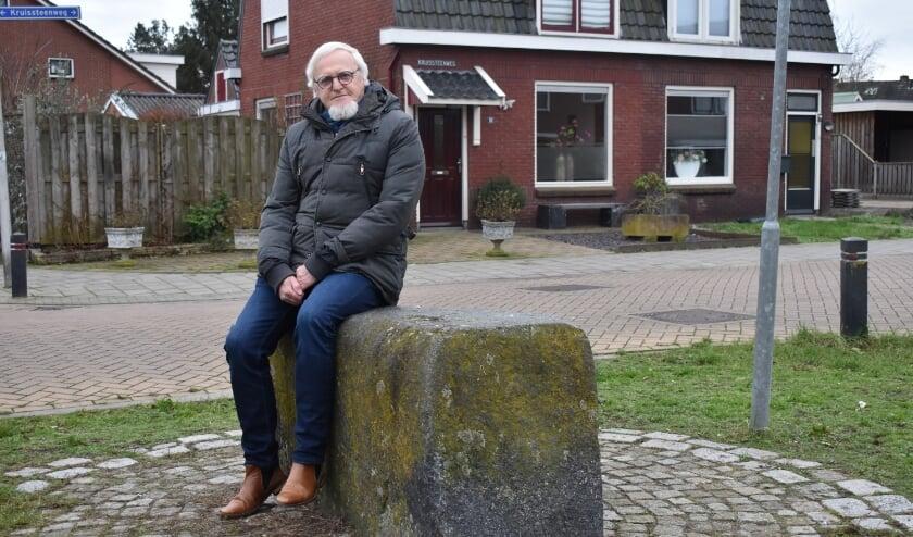 Jan van der Kolk bij de Kruissteen op de kruising Kruissteenweg en Eerste Esweg.  (Foto: Van Gaalen Media)