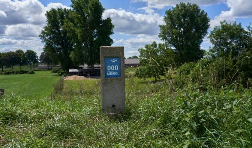 <p>De eerste dijkpaal op de Rijndijk aan de grens met Duitsland, bij Millingen.</p>
