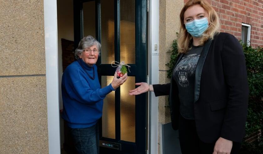 Mevrouw ten Kate krijgt een lichtje van wijkverpleegkundige Jody te Grotenhuis