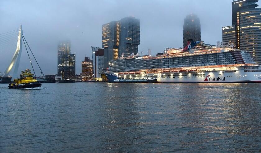 <p>Eerste LNG-cruiseschip Mardi Grass bunkerde eind december 2020 in Rotterdam. Foto Ries van Wendel de Joode/HBR</p>