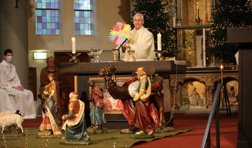 <p>In de kindernevendienst symboliseerden de handen van de kinderen de veelzijdigheid van pastoor Swagemakers.&nbsp;</p>