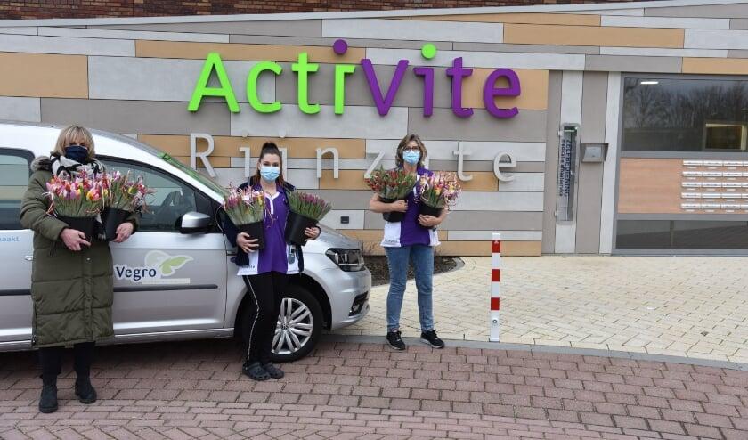 <p>Bewoners van zorginstelling Rijnzate waren een van de gelukkigen die een bos tulpen gekregen. Foto: Vegro</p>