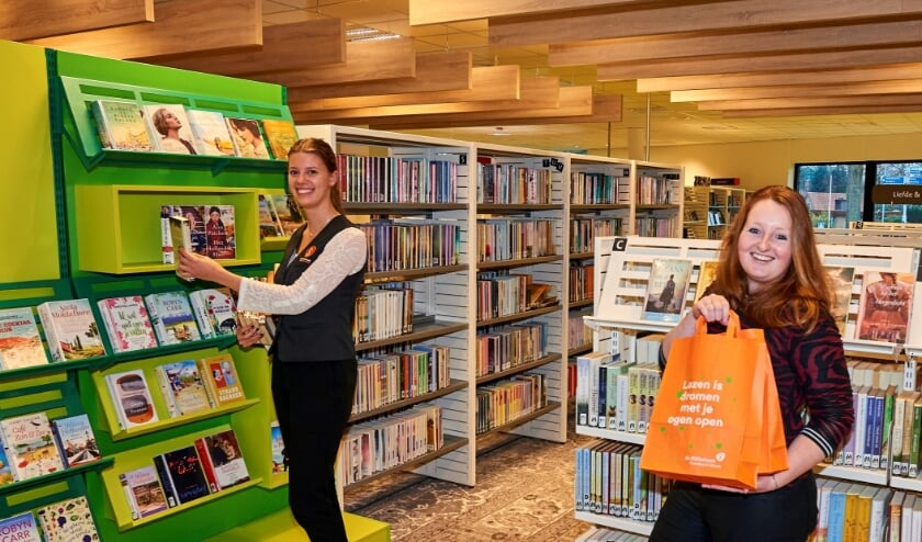 <p>Annemijn Norg (l) en Jaminta Tellegen-Rorije zijn druk in de weer om te zorgen dat de lezers kunnen blijven lezen. (Foto: Jenco van Zalk)</p>