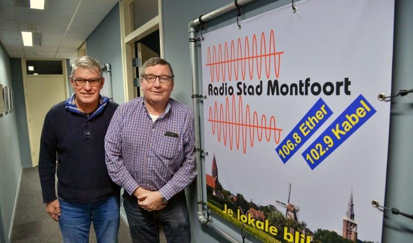 <p>Bestuursvoorzitter Rien Overkamp (rechts) van Radio Stad Montfoort met programmamaker Bart Vlooswijk. Foto: Paul van den Dungen<br><br></p>