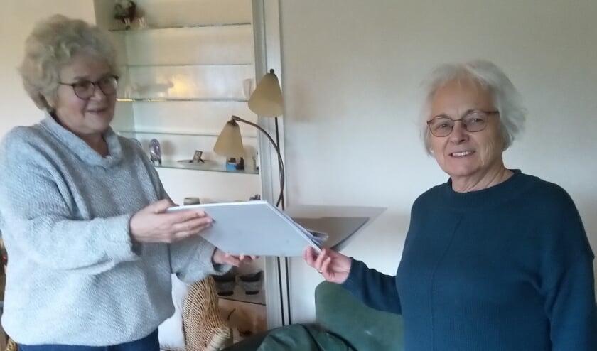 <p>Woutje Mulder (l) en Gerda van de Streek, de nieuwe secretaris van Stichting Mozaïek.</p>