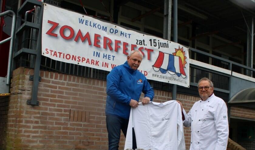 Wim Eilander (l) krijgt de bakkersjas overgedragen uit handen van Herman Bijsterbosch