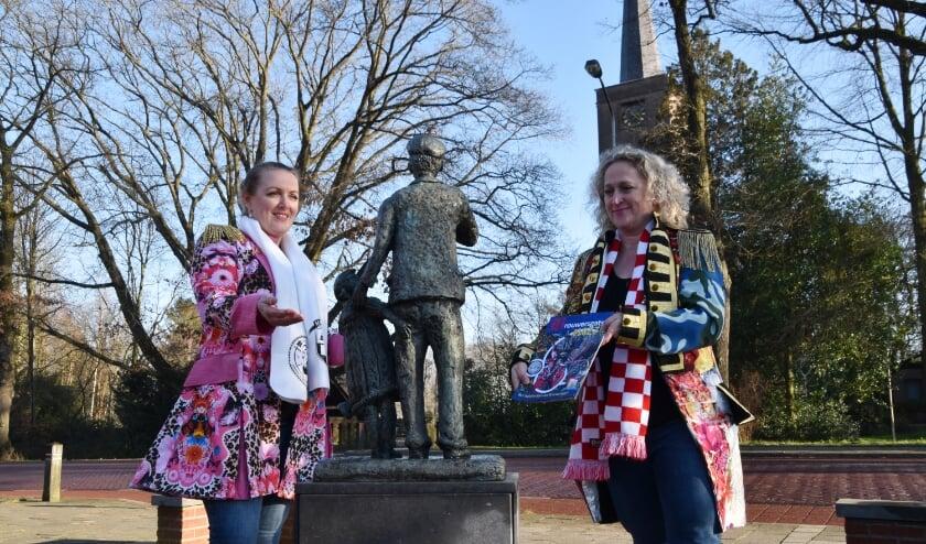 <p>Linda Verberne en Danielle Driessen overhandigen namens C.V. de Pintenwippers symbolisch het eerste exemplaar van de Glozzie aan het Pintenwipperke. </p>