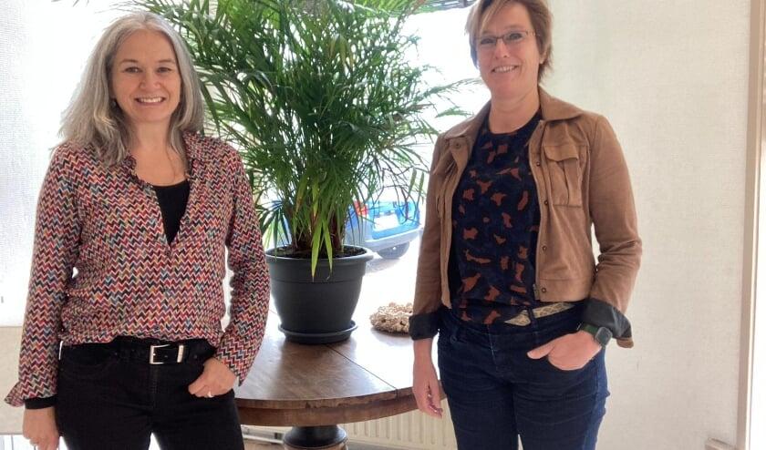 <p>Brenda van Wegen (links) en Esther Musch willen de kennis over de overgang vergroten, niet alleen bij vrouwen maar ook bij werkgevers.&nbsp;</p>