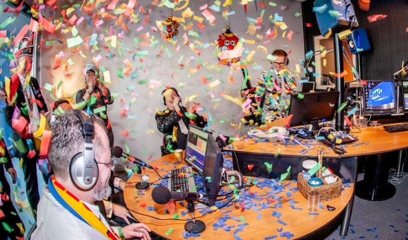 <p>Carnaval in de studio van DMG Radio:&nbsp;</p>