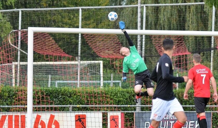 <p>Jesper Klarenbeek stijlvol in actie om een bal over de lat te tikken.</p>