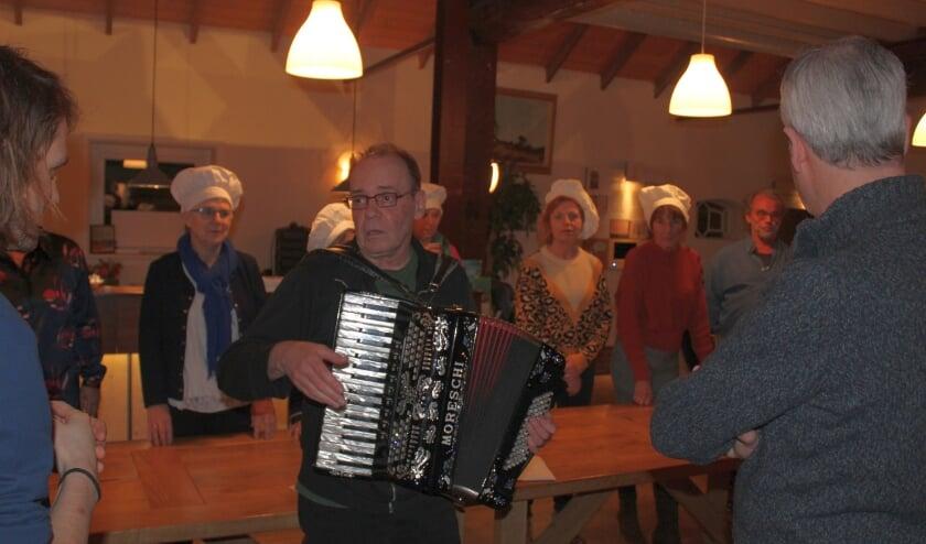 <p>Regisseur Peter van Dijk begeleidt hier op accordeon een scene uit &#39;Zo gaan we allemaal&#39;.</p>
