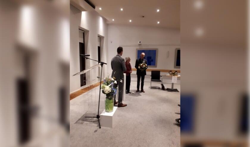 <p>Burgemeester Robbert-Jan van Duijn heeft op dinsdag 5 januari de Koninklijke onderscheiding aan Fred Tap uitgereikt. Foto: gemeente Nieuwkoop</p>