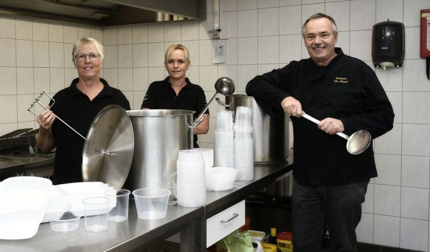 <p>Berna (links), Brigitte en Ren&eacute; staan klaar in de keuken van Dorpshuis De Meent om onder meer erwtensoep te bereiden. (archieffoto: Ab Hendriks)</p>