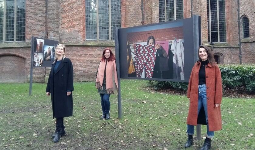 <p>V.l.n.r. Nikkie Herberigs, Floor Snijders en Amy Stenvert in het Kronenburgplantsoen bij de fotoexpositie &lsquo;I want to break free&rsquo; van Bernadet de Prins. Foto: Karin Doornbos</p>