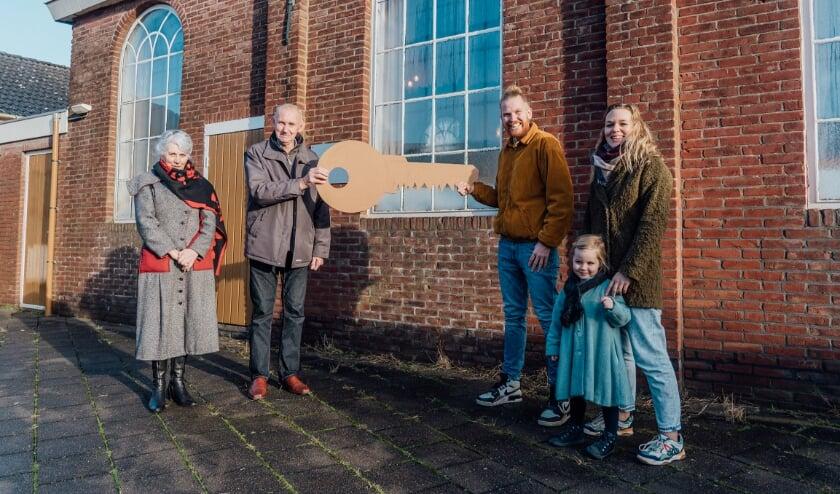 <p>&nbsp;De symbolische sleutel van de Chr. Gereformeerde kerk wordt overhandigd door familie van Bergeijk (links) aan familie de Vries (rechts). Foto: Micha Termaat</p>