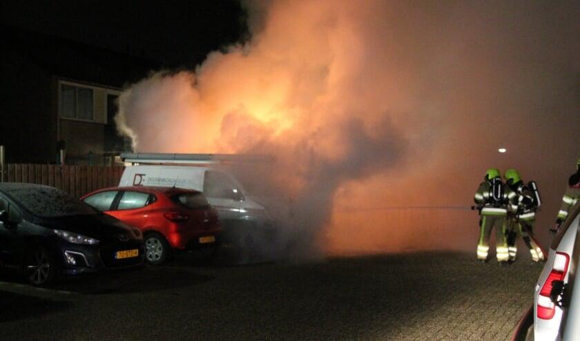 Twee voertuigen verwoest door auto brand in Tiel