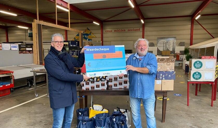 Jan Rutjes overhandigt donatie
