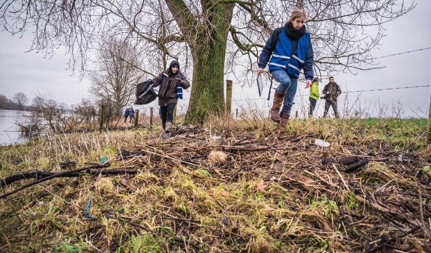 <p>Gezocht: vrijwilligers die plastic afval op oevers van de IJssel en Vecht in kaart willen brengen. De data die de vrijwilligers verzamelen wordt gebruikt voor aanpak van het plasticsoep-probleem bij de bron.</p>