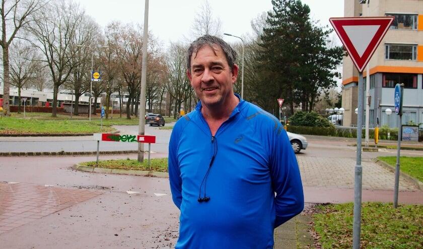 <p>Theo de Boer bij de rotonde in de Laan van Borgele. Fietsers rijden hier soms per ongeluk over de voetgangersoversteek (rechts). (foto:Gert Perdon)</p>