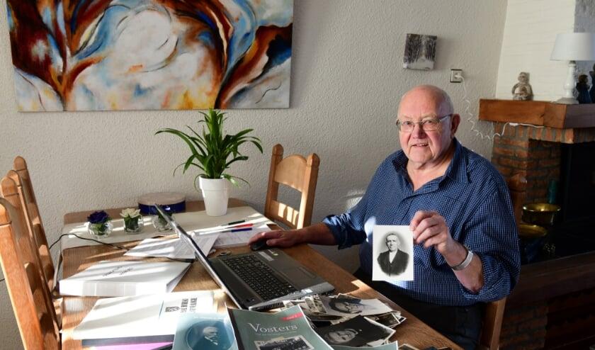 <p>Marcel Vosters met de foto van zijn opa Ceel Vosters waarmee het allemaal begon. Foto: Jan Wijten</p>