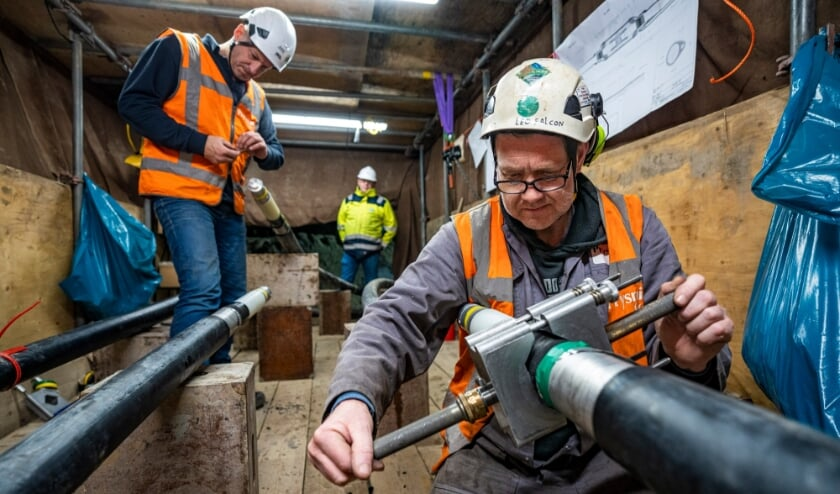 <p>TenneT medewerkers, Volker kabelwerken en de Prysmian Group lassen een 150kV kabel.</p>