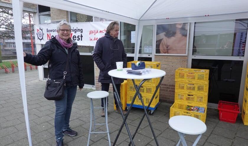 <p>Op de dagen rond Oud en Nieuw stonden vrijwilligers met kratten en flyers bij de Spar &nbsp;om aandacht te vragen voor de actie en spullen in ontvangst te nemen voor de Voedselbank Neder Veluwe.</p>