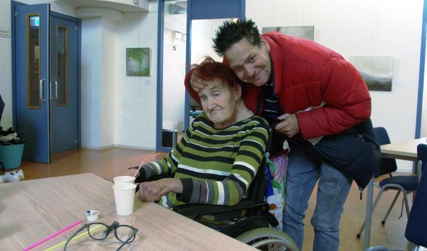 <p>Bezoeker Arie ondersteunt het hoofd van zijn vrouw Liset voor de foto. Foto: Frans Assenberg.</p>