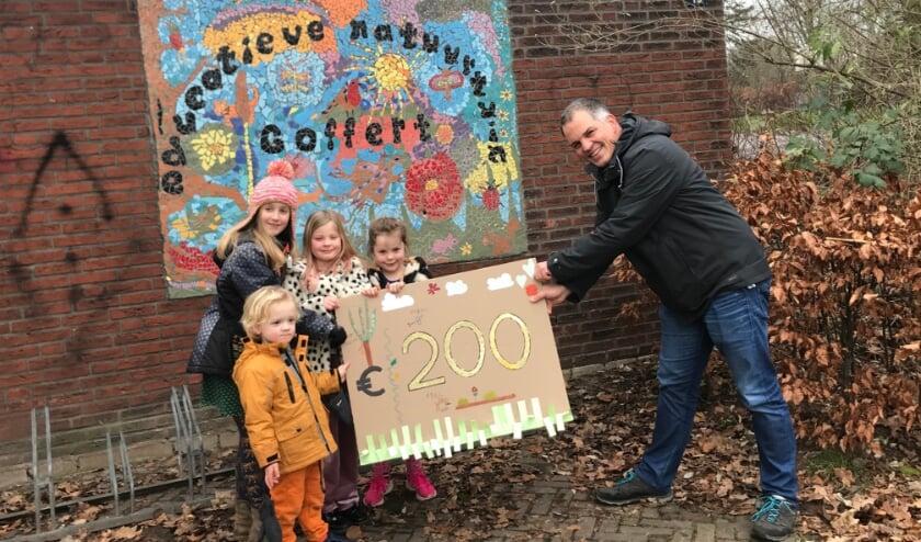 <p>David, Julia, Pleun en Floor overhandigen hun cheque aan Natuurtuin-voorzitter Stijn Verbruggen.</p>