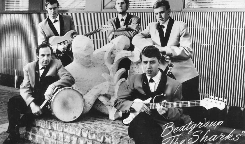 <p>De in de zestiger jaren bekende Beatgroup The Sharks, met bassist Kees van de Graaf (voorgrond) in de gelederen.</p>