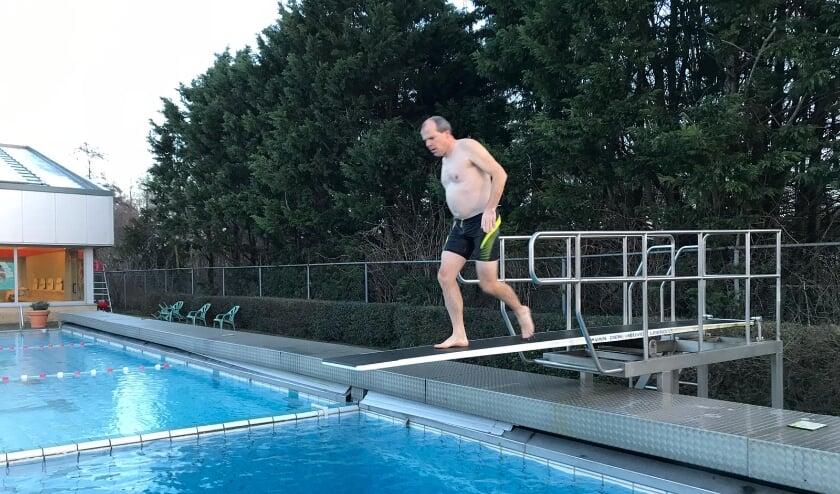 <p>&nbsp;Wethouder Gert-Jan Schotanus (sport) nam als eerste een duik in het water. Foto: Jessica Seijsener-Zandbergen&nbsp;</p>