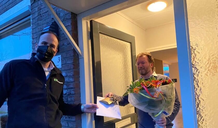Martijn Santema wordt gehuldigd door Frank Hegeman.