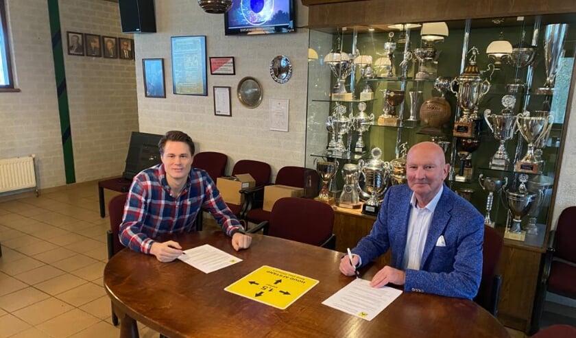 <p>Ondertekening verlengd contract door Jonathan Jonk (l) en voorzitter Peter van der Linden. (Foto: pr)</p>