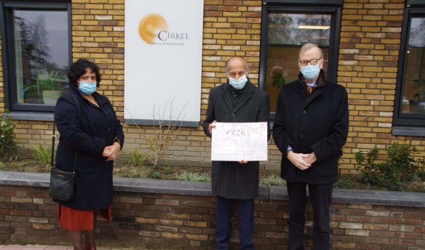 <p>Uit handen van huisarts Farlay Gulzar en zijn vrouw Sharon heeft vicevoorzitter Cees van Breugel van de Stichting vrienden van hospice De Cirkel een cheque gekregen van 1.250 euro. (Foto: pr)</p>