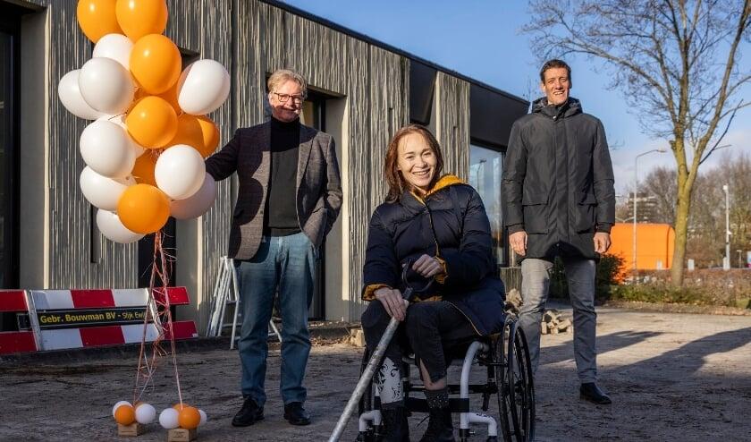 <p>Rob Beuse (Raad van Bestuur De Hoogstraat), Bibian Mentel en Niels Meijer (Directeur Johan Cruyff Foundation). Foto: Raymond van Olphen</p>